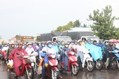 Sau lễ, ô tô xếp hàng dài chờ qua cầu Rạch Miễu