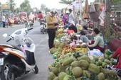 QL57: Dân tự lập chợ để bán cho khách đi chùa