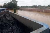 Cảnh sát bắt sà lan chở hàng chục tấn bùn đổ bậy