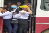 Xe khách cho học sinh đánh đu ngoài cửa ở Bình Thuận
