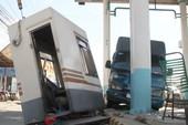 Xe tải tông văng cabin của trạm thu phí