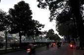 Người dân TP.HCM bật đèn xe đi giữa ban ngày
