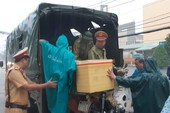 CSGT giúp dân vượt vùng nước ngập sâu trong bão số 9