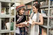 Á hậu Hoàng My lái siêu xe tặng sách ở Lào Cai