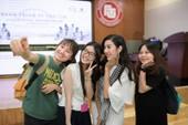 'Nàng thơ xứ Huế' giữa vòng vây sinh viên TP.HCM