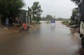 Quảng Ngãi: Nước sông dâng cao, mưa lớn làm lở núi