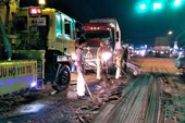 CSGT đẩy xe rùa đi rải cát sau tai nạn trên quốc lộ 1A