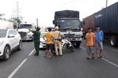Tài xế ô tô đập nứt kính xe tải ở quận Bình Tân