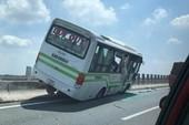 Xe khách nằm trên dải phân cách cao tốc Trung Lương