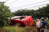 Bình Phước: Lật xe giường nằm, 2 vợ chồng bị thương