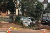 Xe tải tông ô tô 7 chỗ văng vào lề đường, 5 người thương vong