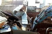 Nhà bất ngờ đổ sập trong mưa to, 7 người thoát chết