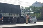 Ô tô 4 chỗ xoay ngang quốc lộ ở Thủ Đức, nhiều người kêu cứu