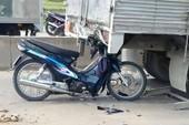 Người say lao xe máy dính chặt vào đuôi ô tô tải