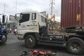 Thủ Đức: Xe máy không biển số va ô tô đầu kéo, 1 người cấp cứu