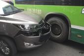 Đầu ô tô dính vào hông xe buýt, khách hoảng loạn ở Gò Vấp