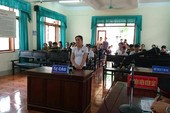 Nữ tiểu thương đổ tiết heo vào chủ tịch huyện