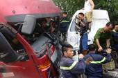 Cảnh sát chữa cháy giải cứu tài xế mắc kẹt trong cabin