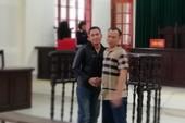 Hai bị cáo bắt tay vui mừng vì cùng được giảm án