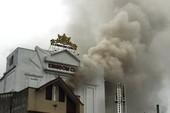 Cháy lớn gây nứt quán karaoke cao tầng