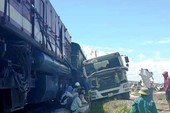 Lại tai nạn đường sắt: Tàu hỏa đâm xe bồn