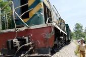 Tàu hỏa lại trật bánh sau cú tông văng xe tải ở Nghệ An