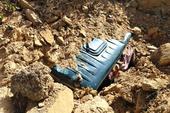 Kinh hoàng: Đất đá vùi lấp 2 xe tải cùng tài xế
