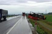 Ô tô đầu kéo chở 7 xe hơi lao xuống ruộng