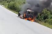 Xe tang cháy dữ dội, người thân ôm lọ tro cốt xuống đường