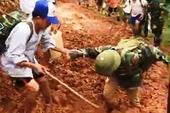 Video: Giáo viên bị... sụp bùn khi cõng gạo cứu đói học sinh