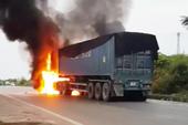 Xe đầu kéo cháy dữ dội, tài xế kịp nhảy khỏi ca bin