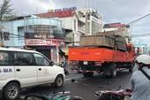 Xe tải 'lùa' 8 xe gắn máy khi đổ dốc cầu, 10 người bị thương