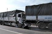 4 xe tải tông liên hoàn, QL1A ùn tắc nhiều km