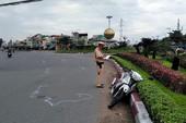 Ô tô đầu kéo đẩy người phụ nữ chạy xe máy cả chục mét