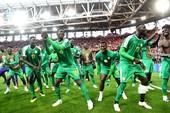 Sư tử Senegal lại đánh gãy cánh đại bàng trắng Ba Lan