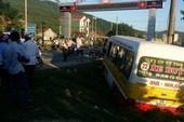 Hoảng loạn vì người đàn ông cướp lái xe buýt đâm loạn xạ trên quốc lộ