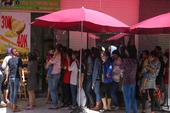 Người Sài Gòn xếp hàng ăn sầu riêng trả hạt, đặt cọc