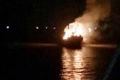 Tàu cá đang neo đậu bốc cháy ngùn ngụt