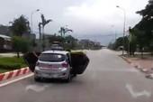 Taxi bung 2 cửa lao vun vút trên đường