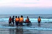 4 người tắm biển bị sóng cuốn trôi