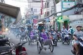 Người Sài Gòn diện áo dài, ngồi xích lô tham quan thành phố