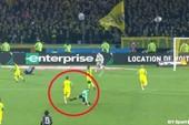 Hài hước: Bị đẩy ngã, trọng tài đá vào chân cầu thủ