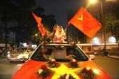 Người hâm mộ vẫn ra đường hô vang: 'Việt Nam vô địch!'