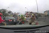 Clip: Nữ tài xế quay đầu ô tô trên cầu ở Hà Nội