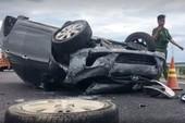 Thai phụ kêu cứu trong ô tô bị lật trên cao tốc