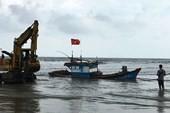 Tàu cá bị sóng lớn đánh đứt dây neo trên biển Đà Nẵng