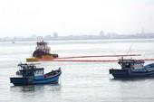Tàu tông nghiêng trụ cầu ở Đà Nẵng, dầu tràn ra biển