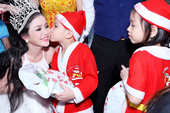 Hoa hậu Janny Thủy Trần tặng quà cho trẻ em Đồng Nai