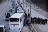 Đoàn xe đầu tiên chở phe nổi dậy rời Đông Ghouta