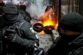Dân Ukraine phóng hỏa trước đại sứ quán Nga